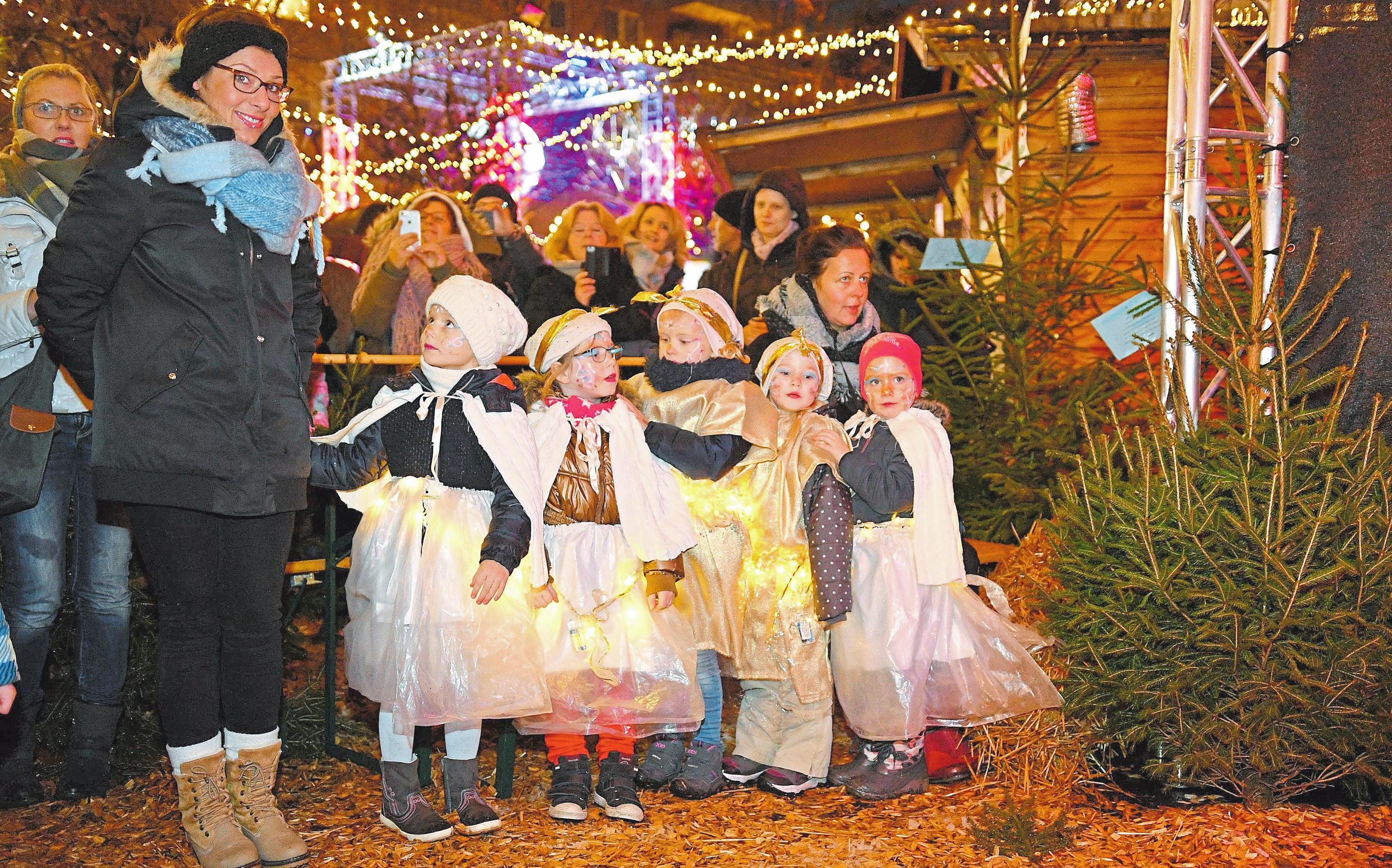 Weihnachtliche Stimmung bereiten mit ihren Aufführungen auch die jungen Akteure den Besuchern des Weihnachtsmarktes. Foto: Hartmut Springer