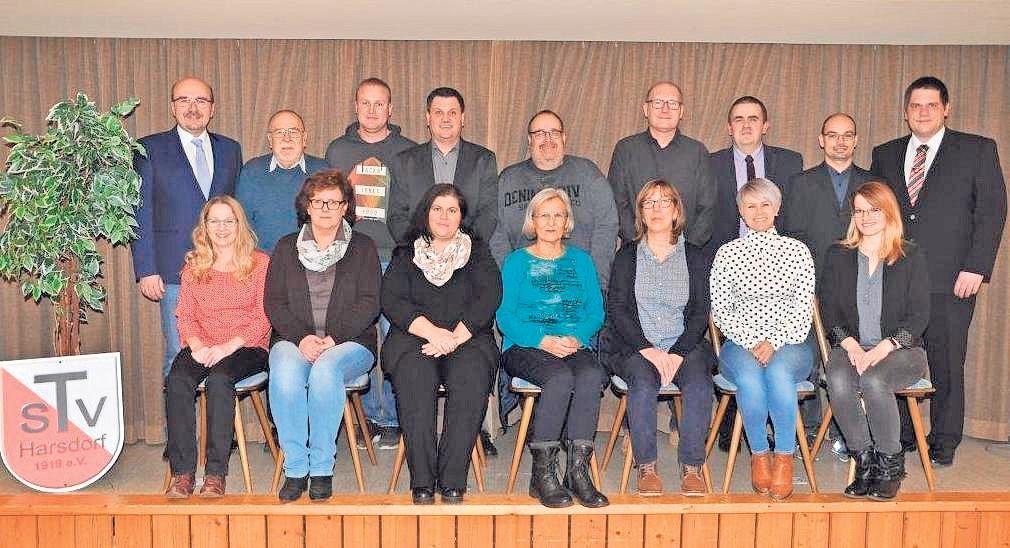 Die Vorstandschaft des TSV Harsdorf mit erstem Vorsitzendem Manfred Zapf (hinten links) im Jubiläumsjahr. Foto: red