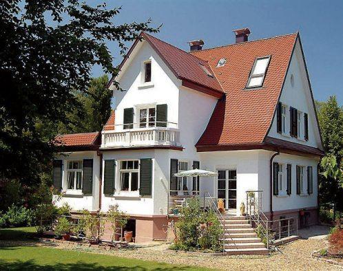 Modernisiertes Wohnhaus mit Kunststofffenstern. Bild: VFF/hilzinger Fenster