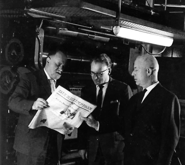 Die RHEINPFALZ-Gründer Michael Nagel, Arthur Lenk und Hans Wipprecht (von links) begutachten ihr Werk. FOTO: STADTARCHIV LUDWIGSHAFEN/KORTOKRAKS