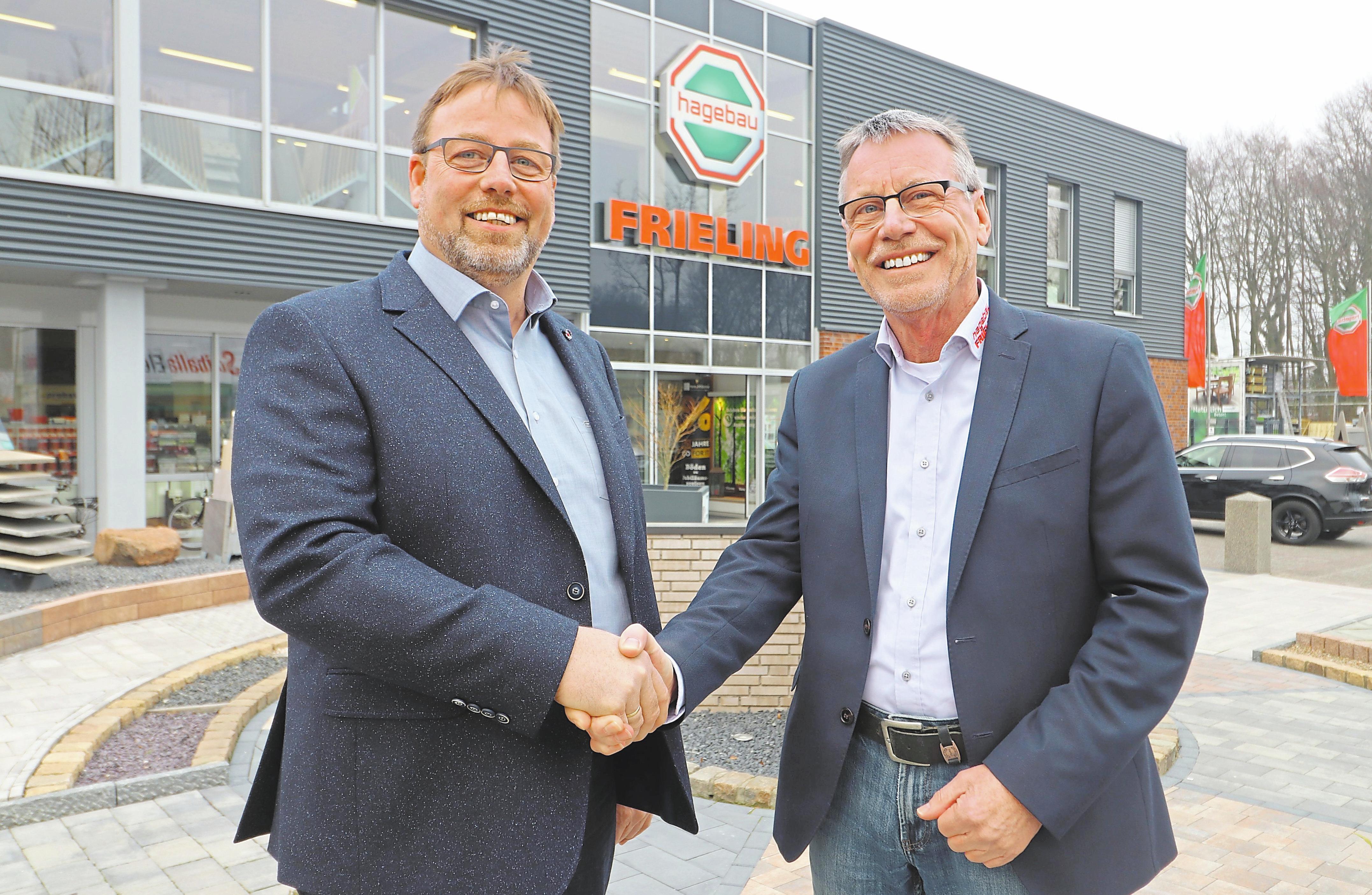 Walter Schleck (r.) übergibt die Leitung des Betriebes in Epe an seinen bisherigen Stellvertreter Josef Rohling.Foto: Guido Kratzke