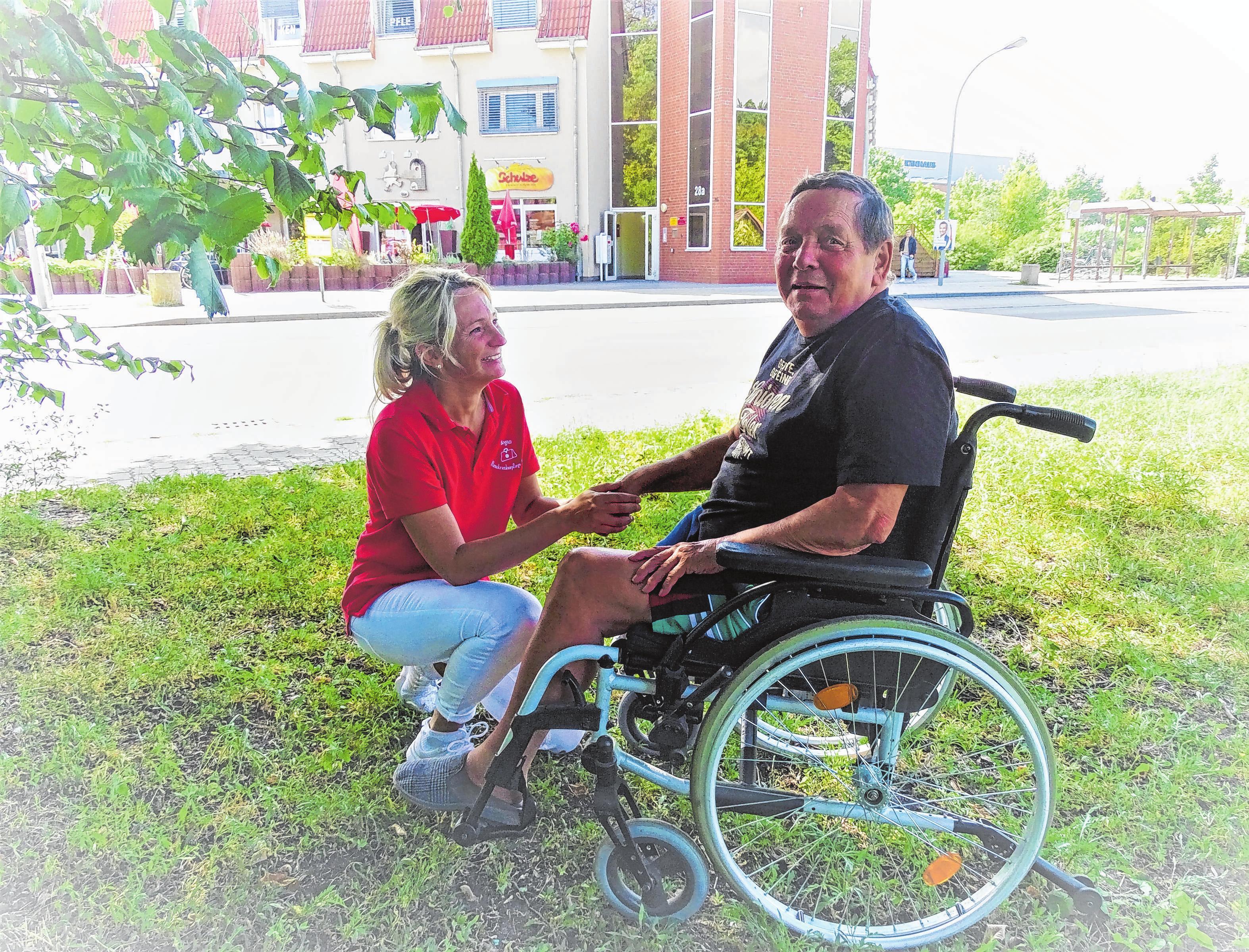 """Parkbesuch in der WG Beeskow: Pflegehelferin Alette Löbel (v. l.) und Werner Jurk, der früher Gartenanlagen, Sportplatz und Rasenflächen bearbeitete. """"Ich bin hier so zufrieden, aufgeblüht einfach nur glücklich. Ich bin gern hier draußen an der frischen Luft. So lange wie möglich, da ist es am schönsten"""", verrät er."""