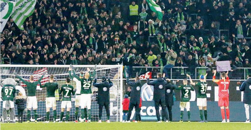 Neue Verbundenheit: Das VfL-Team und die Fans in der Nordkurve.