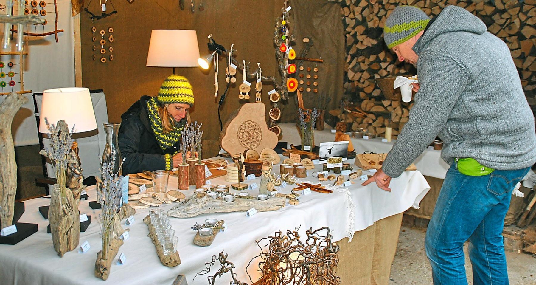 Stimmungsvolle Atmosphäre mit tausendfachem Lichterglanz und attraktives Kunsthandwerk – mehr als Grund genug für einen Besuch der Arnsberger Dorfweihnacht. Fotos: oh