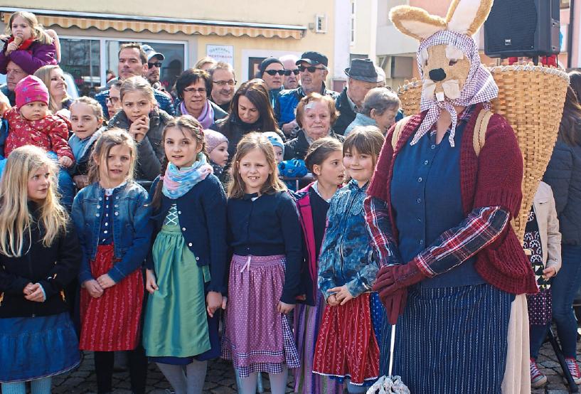 Belohnt werden sie dafür von der Köschinger Häsin. Fotos: Berger