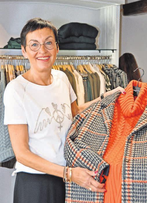 Mode kombiniert mit einem Pullover und einem Mantel.