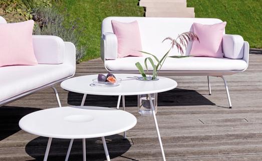 Kein Unterschied: Möbel für draußen sind genauso schick wie fürs Wohnzimmer. FOTOS: CROCE&WIR; GRAZ/VITEO; HARALD FLEISSNER / KOELNMESSE GMBH