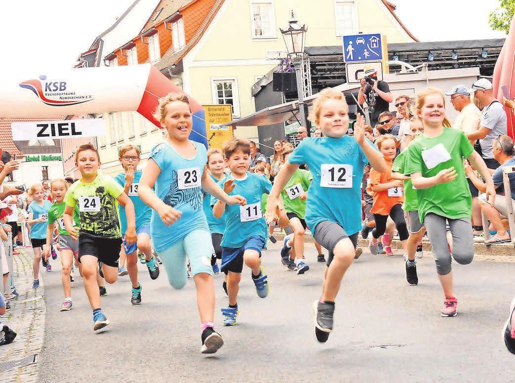 90 MÄDCHEN UND JUNGEN sowie zehn Staffeln gingen beim Bad Dübener Stadtlauf im vergangenen Jahr an den Start. Foto: Steffen Brost