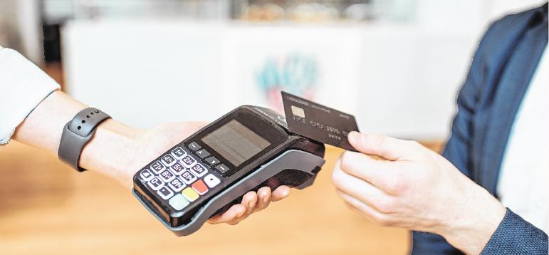 Mit Kreditkarte zu bezahlen soll Kunden und Verkäufer schützen. Denn theoretisch ist es möglich, sich über Banknoten mit dem Coronavirus zu infizieren.