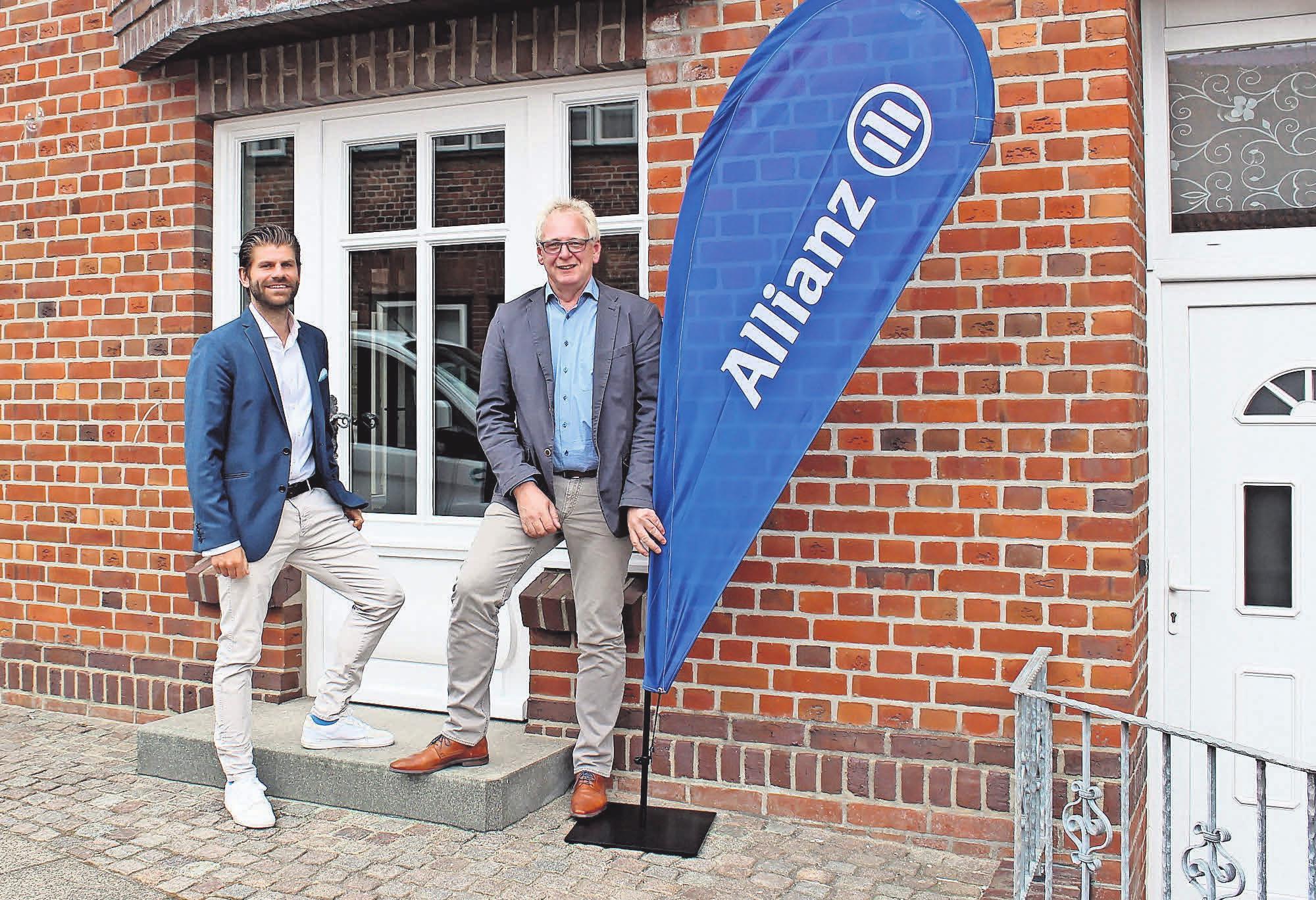Die Allianz-Versicherungsvertretung in Oldenburg: Generalvertreter Volker Ruge (r.) und Tim Barez vor dem neuen Büro am Hopfenmarkt. Fotos: M. Billhardt