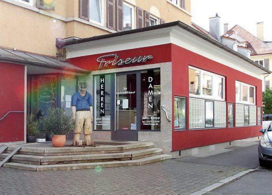 Pläne für den Umbau seines Salons in der Tübinger Christophstraße 10 hatte Friseurmeister Martin Knapp schon lange. Die coronabedingte Schließung, nutzte er nun kurzerhand, seinem Friseursalon das gewünschte modernere und stylische Aussehen zu geben. Bilder: Uhland2