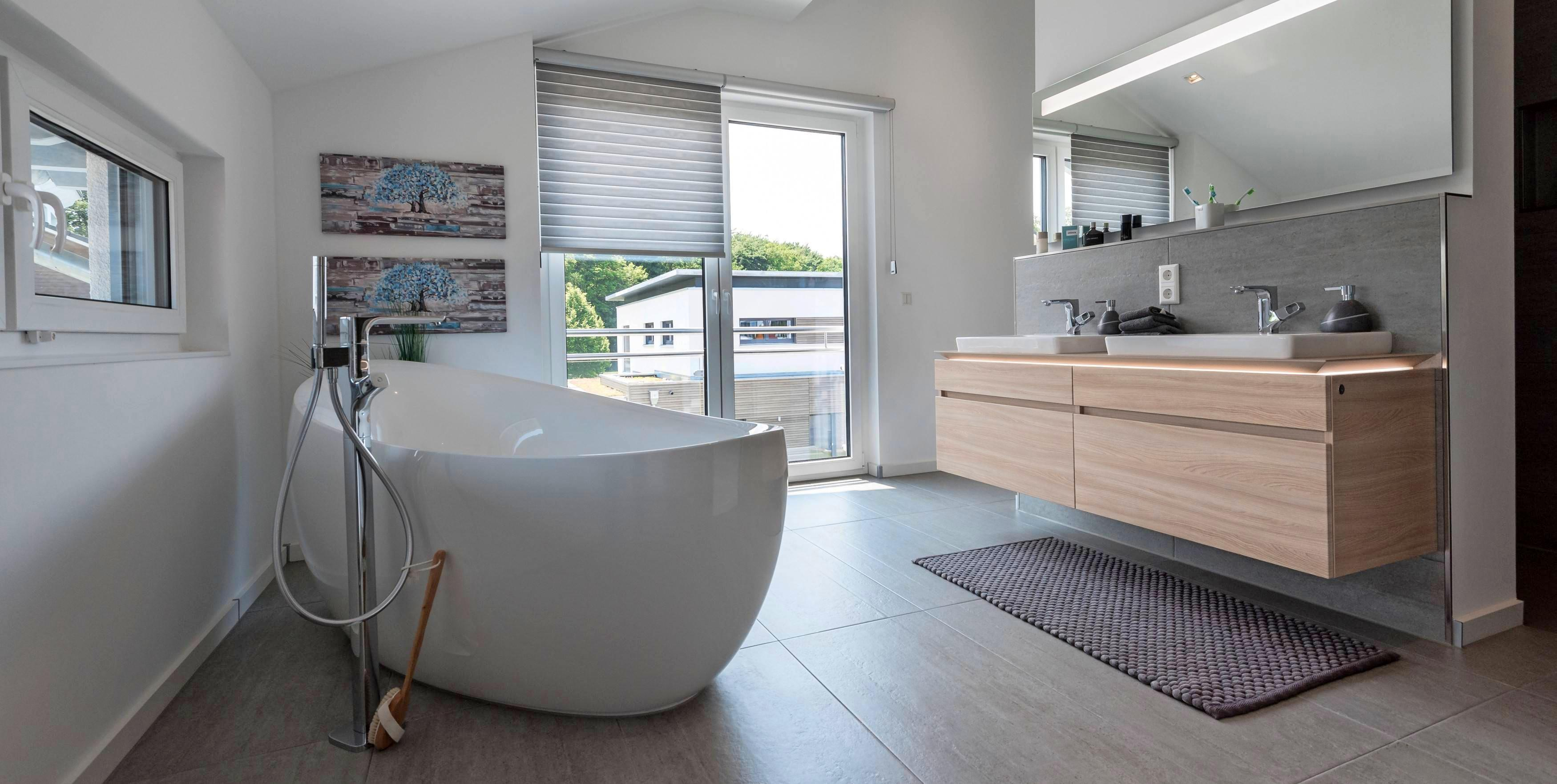 Das Badezimmer gewinnt an Stellung im Haus: Es wird immer größer und wohnlicher. Dazu tragen vor allem Möbel in Echtholz oder in Holzoptik bei. Foto: Daniel Maurer