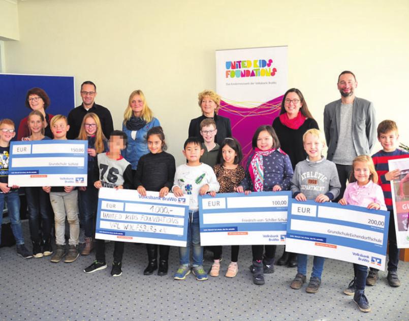 Claudia Kayser, Leiterin der Direktion Wolfsburg (hinten, Mitte), mit den Vertretern der Gewinnerschulen des United Kids Foundations Bambinilaufs.