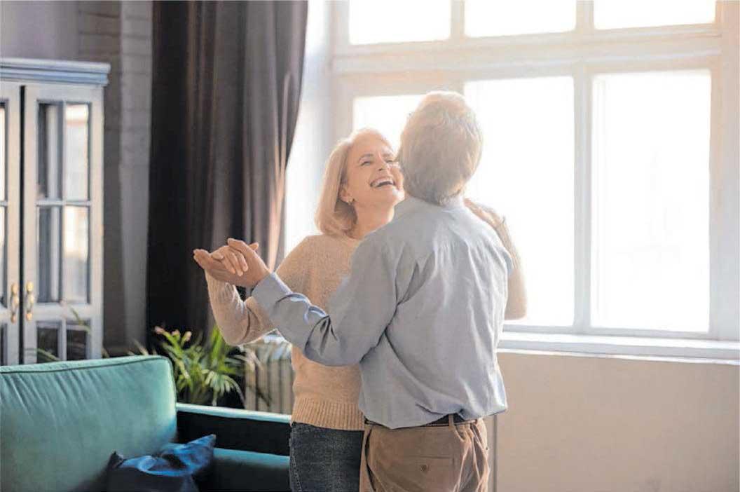 Sich zur Musik bewegen: Tanzen hält jung, gesund und macht glücklich. Foto: © fizkes/Shuitterstock.com