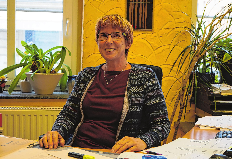 """Birgitt Semrau ist die """"gute Seele"""" des Betriebs. Seit mehr als 20 Jahren hält sie im Büro die Fäden zusammen und kümmert sich unter anderem um die Kalkulation."""