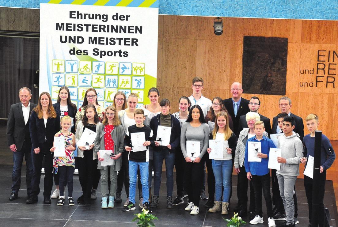 Die jungen Meister des Sports stellten sich nach der Feierstunde für ein Gruppenfoto mit Vertretern von Stadt, Politik und Stadtsportbund auf. Fotos: of