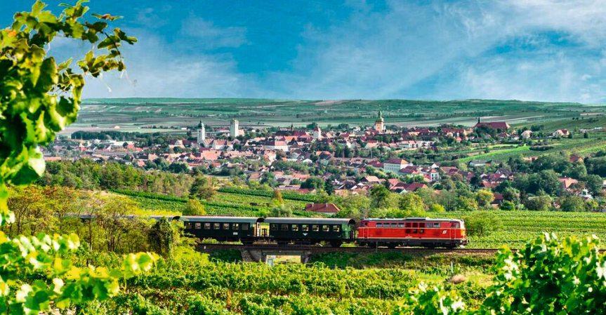 Der Reblaus-Express bringt Touristen und Einheimische auf die eindrucksvollen Spuren der Weinhauer.Foto: Retzer Land/Mödl