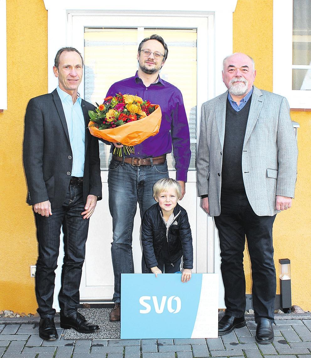 SVO-Vertriebsleiter Kersten Koschoreck (links) und Hans-Martin Schaake (rechts) von der Glasfaserinitiative Bostel gratulierten Thomas Bredau (Mitte) und seinem Sohn zum neuen Glasfaseranschluss. Foto SVO/AR