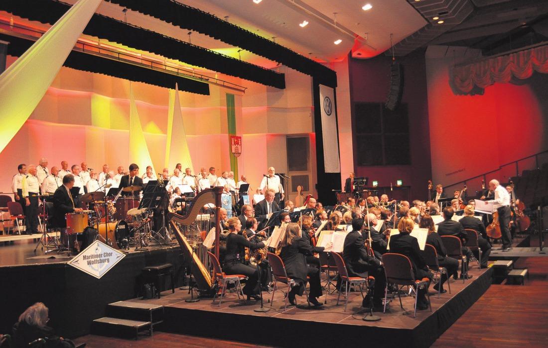 """Das fünfte """"Shanty, Swing & More""""-Konzert verlieh dem Congresspark einen maritimen Flair (gr. Foto). Käthe Glitza und Eckhart Melchior präsentierten den Leuchtturm im Foyer (kl. Foto)."""