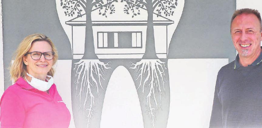 Das Praxislogo gestaltete der Mögeliner Fassadenkünstler Marco Brzozowski für Alexandra und Lars Büchner. Fotos: Jessica Kliem