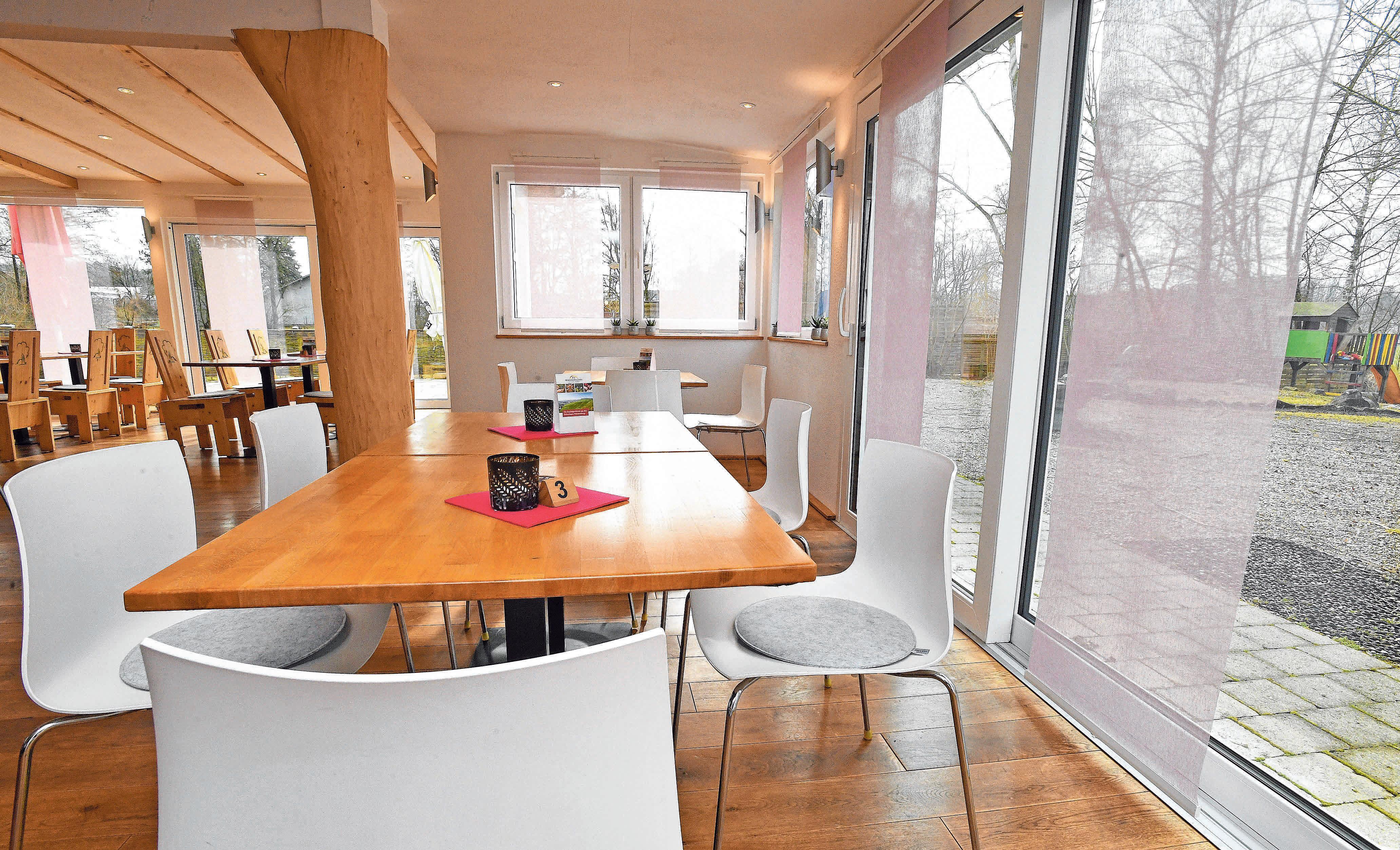 Helle Möbel und der Blick in die Gartenwirtschaft.
