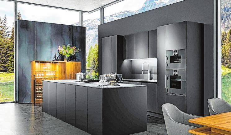 Dunkle Farben liegen voll im Trend. Außergewöhnlich in der Planung, minimalistisch im Design und hochwertig setzen die modernen Räume Akzente.