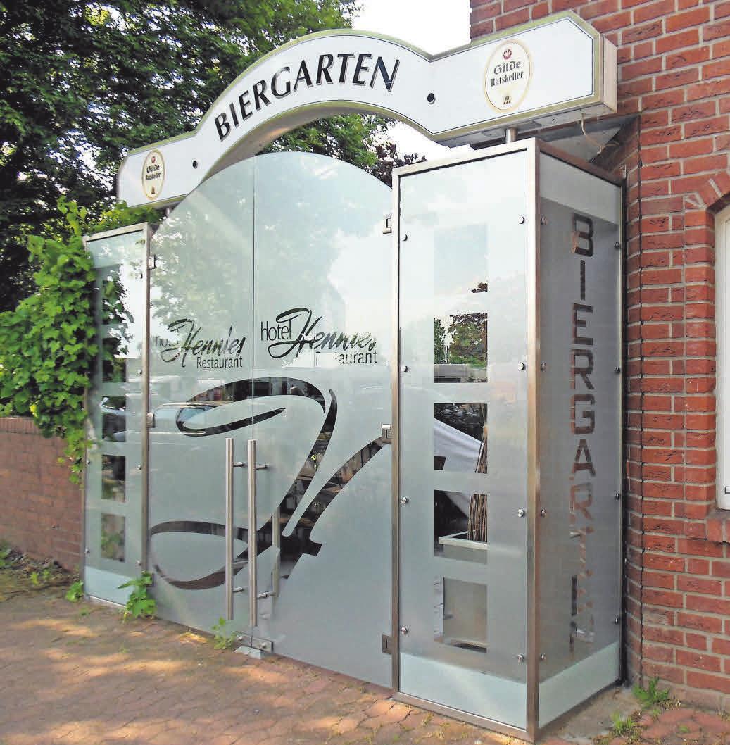 Die Tür zum Biergarten des Restaurants Hennies ist nicht zu übersehen.