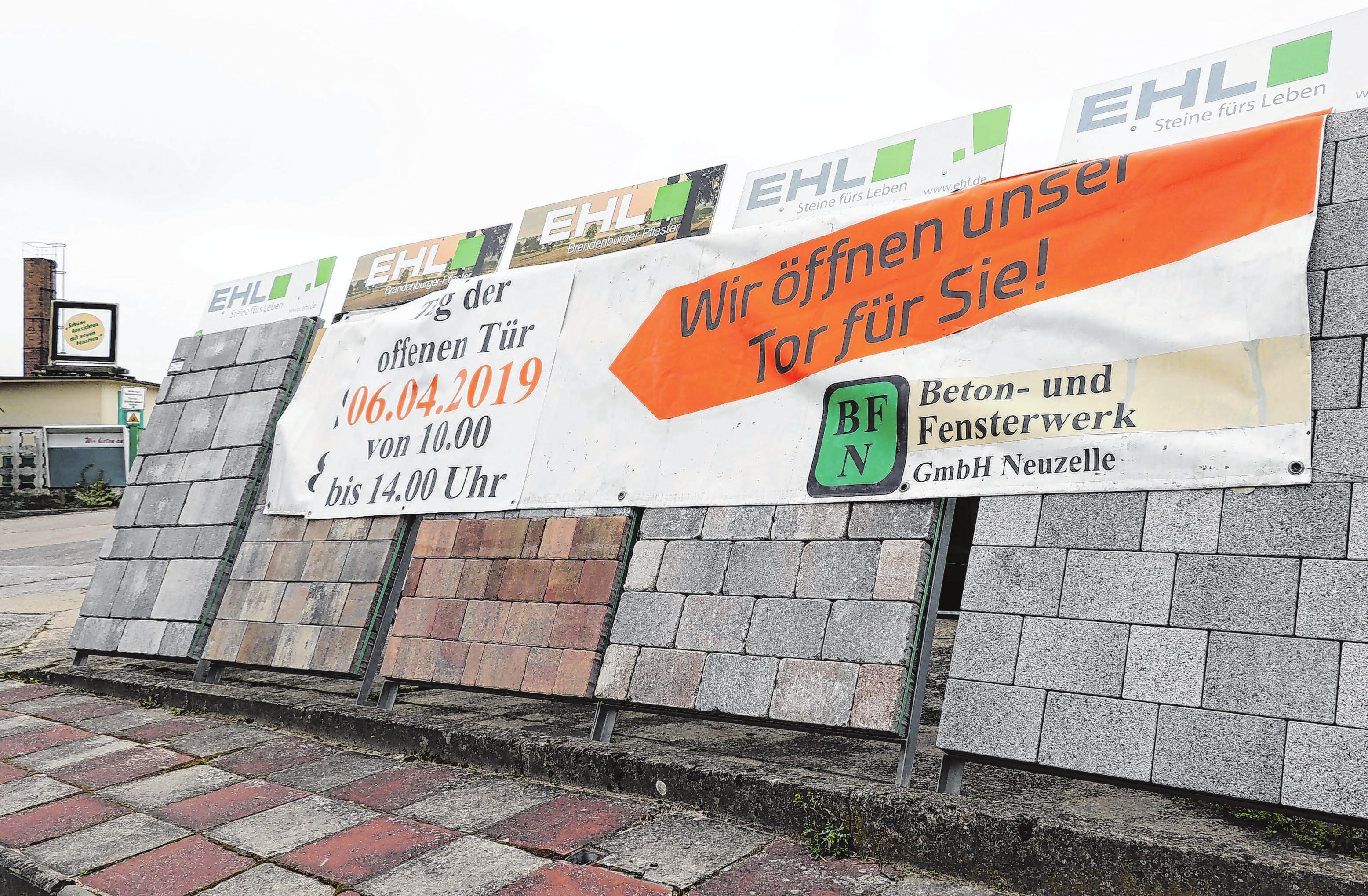 Ein Banner kündet bereits vom bevorstehenden Tag der offenen Tür. Foto: Anne Bennewitz