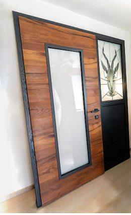 Auch Haustüren, auf Wunsch künstlerich gestaltet, fertigen die Fensterbauprofis von Stoll in enger Absprache mit den Kunden passen zum Haus an.