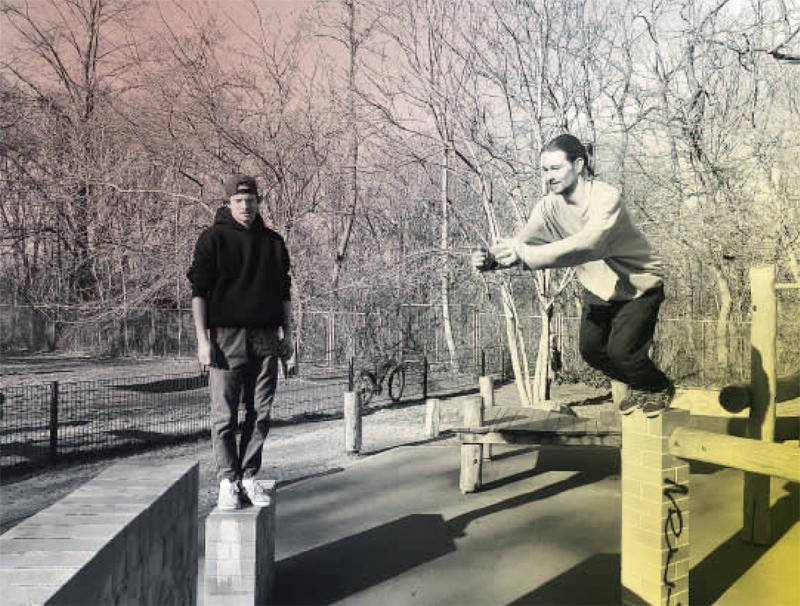 Dominik Arend, Inhaber der Parkour Akademie, mit seinem Freund Lucas Wilson (links) im Anton-Saefko-Park in Prenzlauer Berg
