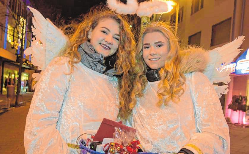 Auch in diesem Jahr verteilen Weihnachtsengel Lose an die Besucher des Lampertheimer Candlelight-Shoppings. BILD: NIX/A