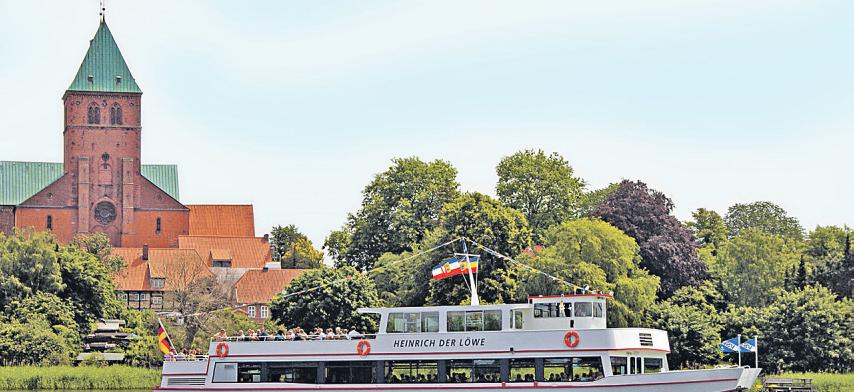 """Fahrgastschiff """"Heinrich der Löwe"""", im Hintergrund der Ratzeburger DomFoto: HLMS_ Katrin Rohde"""