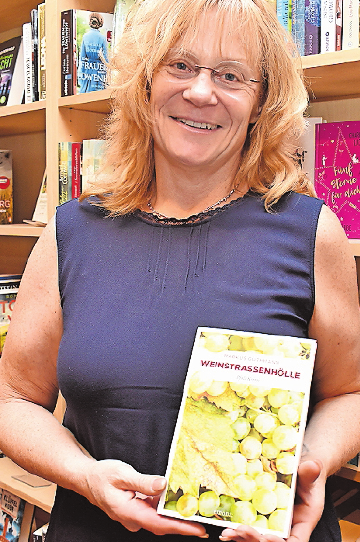 """Selbst im Urlaub die Pfalz dabei: Antje Geis empfiehlt die """"Pfalz-Krimis"""". FOTO: SCHENK"""