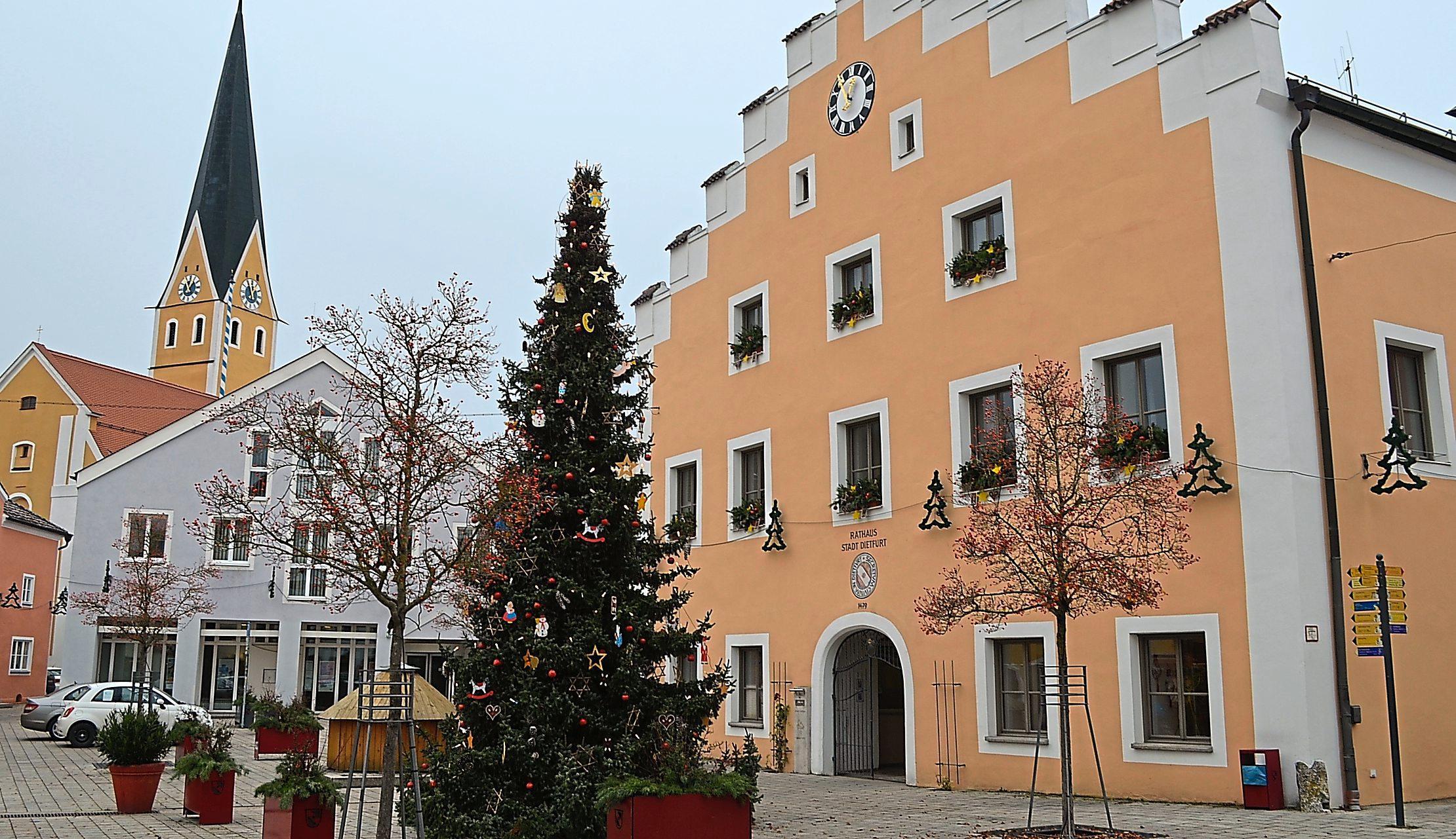 In Dietfurt steht der Christbaum bereits prächtig geschmückt direkt vor dem Rathaus und verbreitet festliche Stimmung. Foto: Deisler