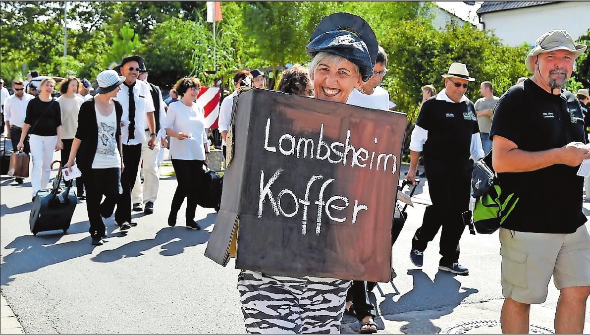 Im vergangenen Jahr gab es den Jubiläumskerweumzug zum Jubiläum 1250 Jahre Lambsheim. Auch auf das Stationentheater Lambsheimer Koffergeschichten wurde Bezug genommen. ARCHIVFOTO: BOLTE