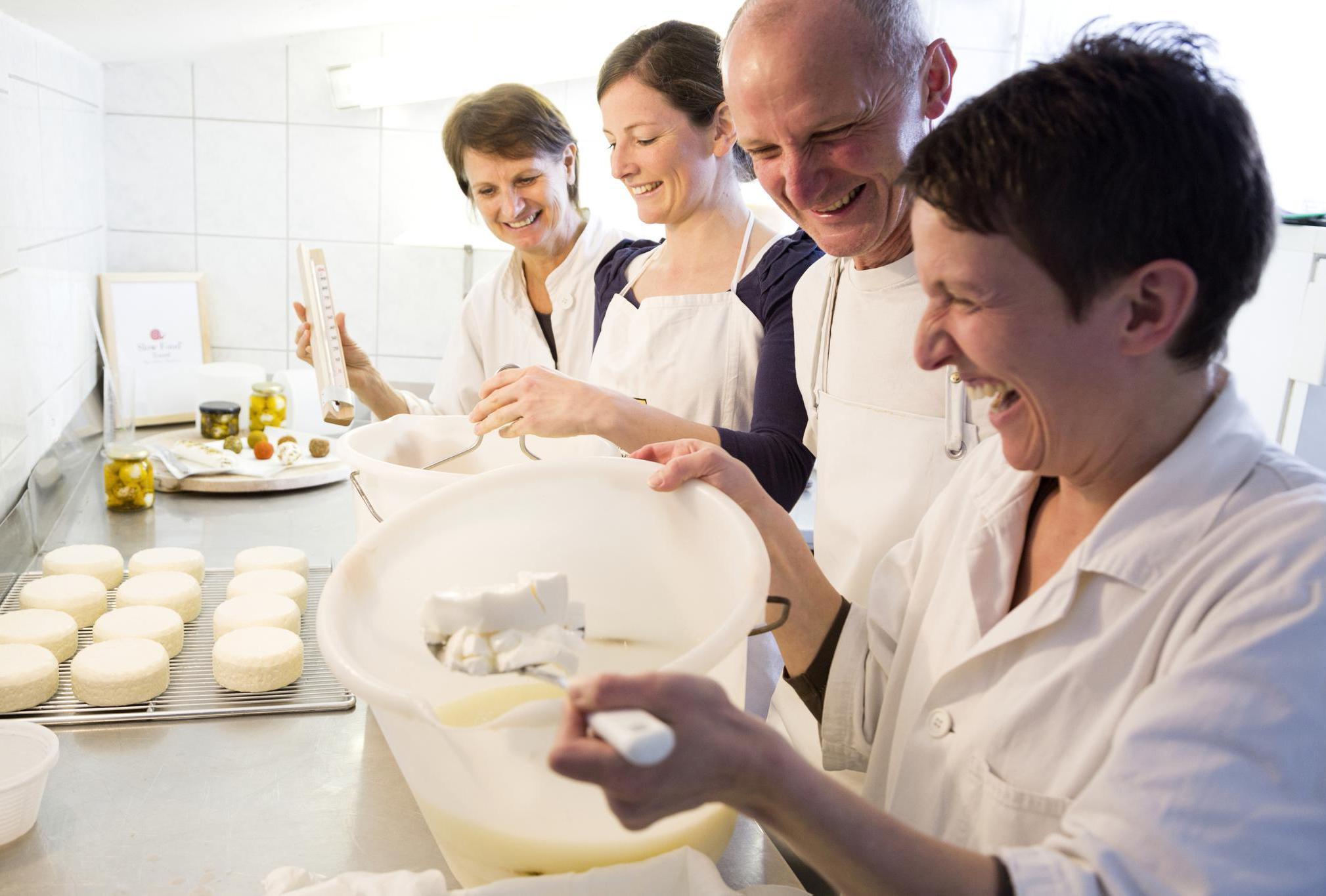 Käse machen fürs Almfrühstück Image 2