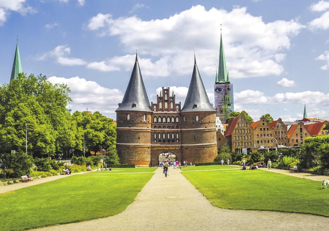Wahrzeichen von Lübeck: das Holstentor. Foto: Adobe Stock   Sina Ettmer