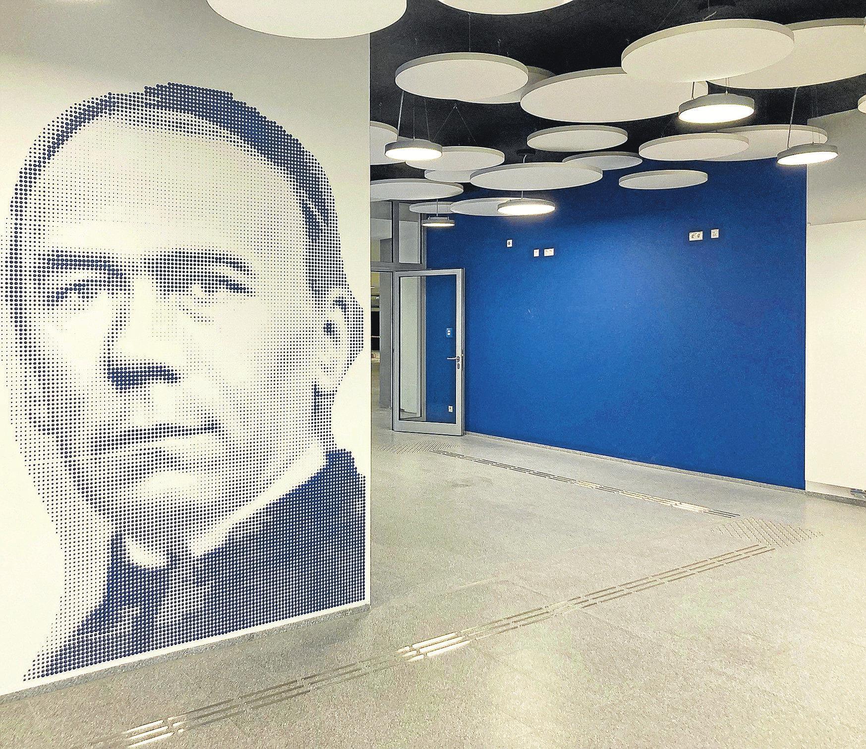Namensgeber der Adolf-Kolping-Schule: Im Eingangsbereich ist sein Konterfei aufwändig gestaltet worden.