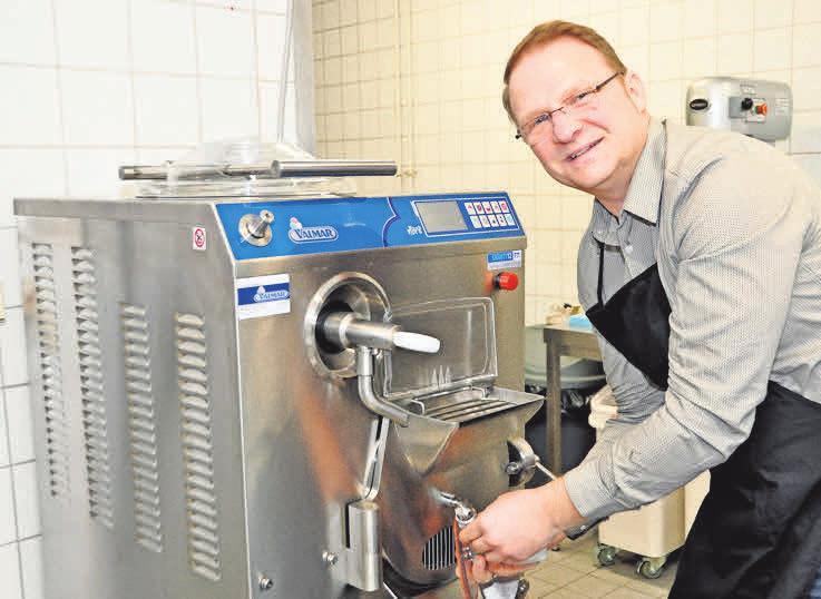Frank Blume bereitet die neue Maschine für ihren Einsatz vor. Das Eis für sein Café stellt er selbst her. Foto: Archiv