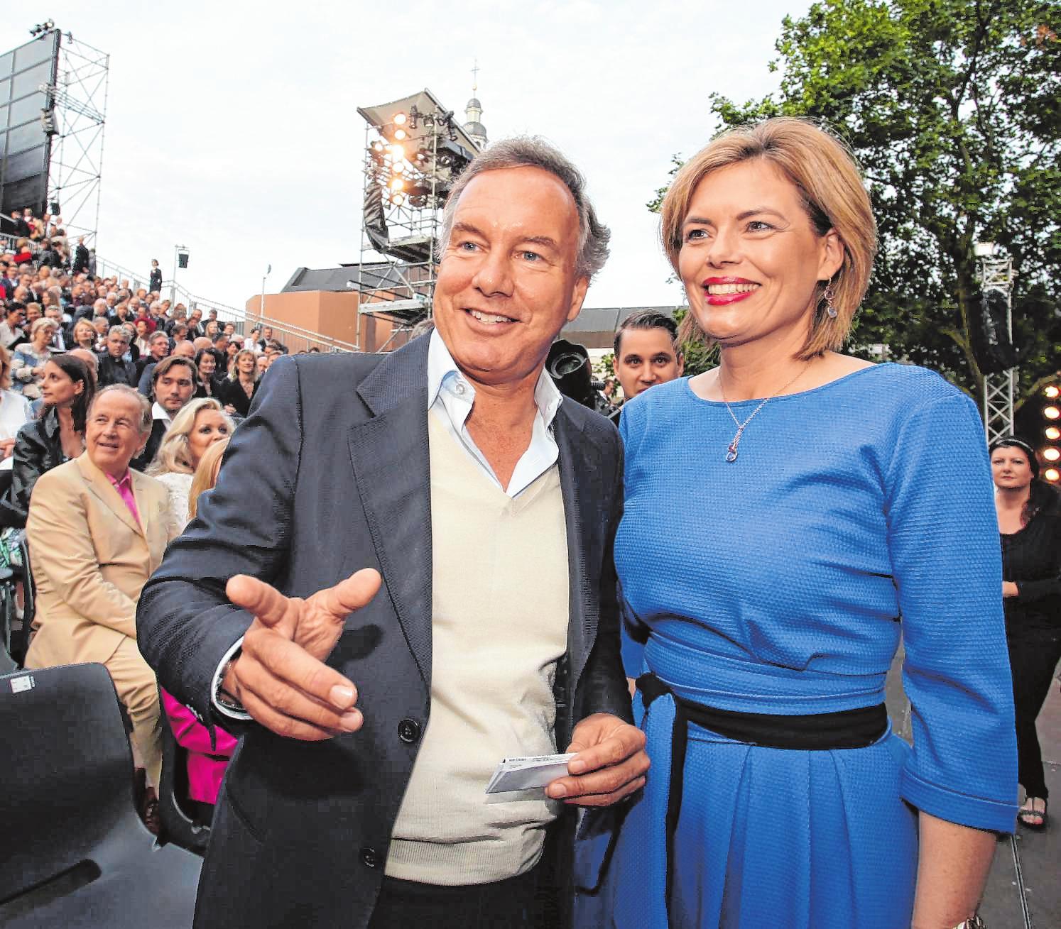 Hofmann durfte bei den Nibelungenfestspielen zuweilen sehr prominenten Besuch, wie hier Ministerin Julia Glöckner, begrüßen. BILD: BERNWARD BERTRAM