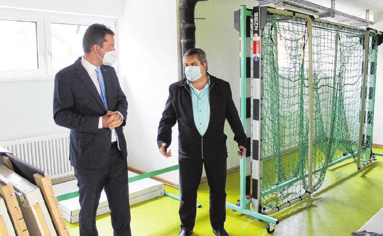 Die Tore stehen im Gerätelager und harren ihres Einsatzes. Bürgermeister Philipp Hahn (links) ließ sich von Ortsvorsteher Jürgen Schuler erklären, welche sportlichen Disziplinen in Schlatt angesagt sind. Fotos: Hardy Kromer