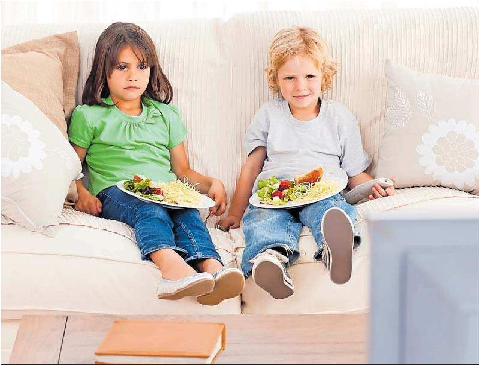 Lieber gar nicht erst angewöhnen: Essen vorm Fernseher. FOTO:WAVEVREAKMEDIAMICRO/STOCK.ADOBE.COM