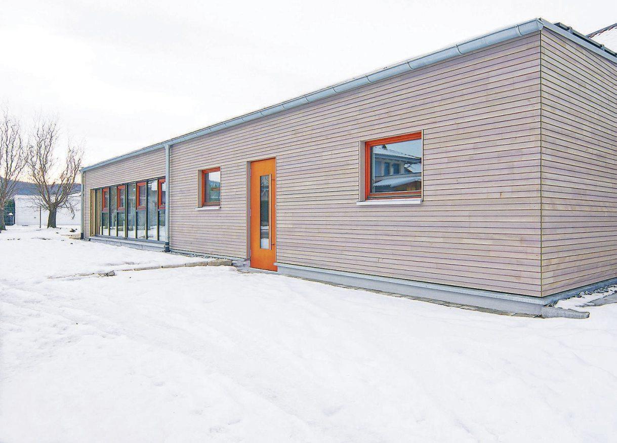 Der 100 Quadratmeter große Anbau präsentiert sich mit klarer Formensprache, dezenten Farbtupfern und einer Weißtannenverschalung. Die großzügige Verglasung schafft eine freundliche Atmosphäre. Bilder: Architekt Joachim Orth