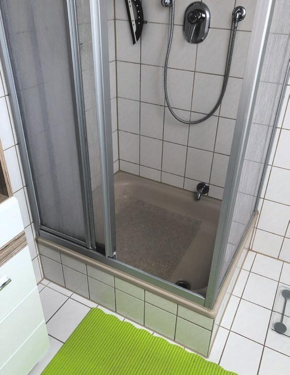 So sah die Dusche vorher aus: Hoher Einstieg und unschöne Wanne.
