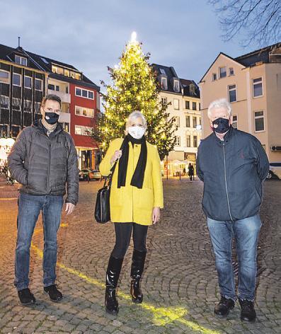 Dieter Niehoff (l.) und Karl-Heinz Walter vom IG-Vorstand mit Gudrun Meyer (M., KVB) vor dem KVB-Weihnachtsbaum