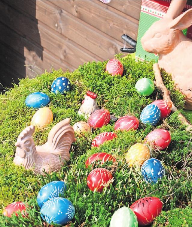 Dürfen auf keinen Fall fehlen: Bunte Ostereier. Auch Frühlingsblüher wie Osterglocken und Primeln stehen bei den Besuchern des Ostermarktes hoch im Kurs.