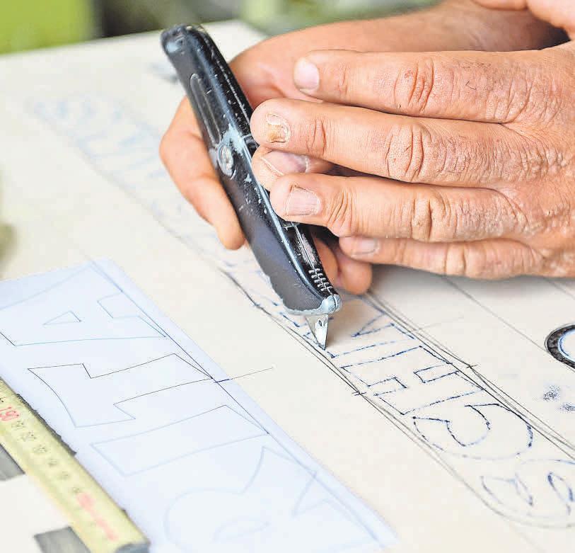 Grabmale sind ein weiteres Standbein des Unternehmens Sittig. Mitarbeiter Martin Taute ist hier bei Steinmetzarbeiten zu sehen. Er bereitet die Schrift zum Sandstrahlen vor. Foto: Markus Hartwig
