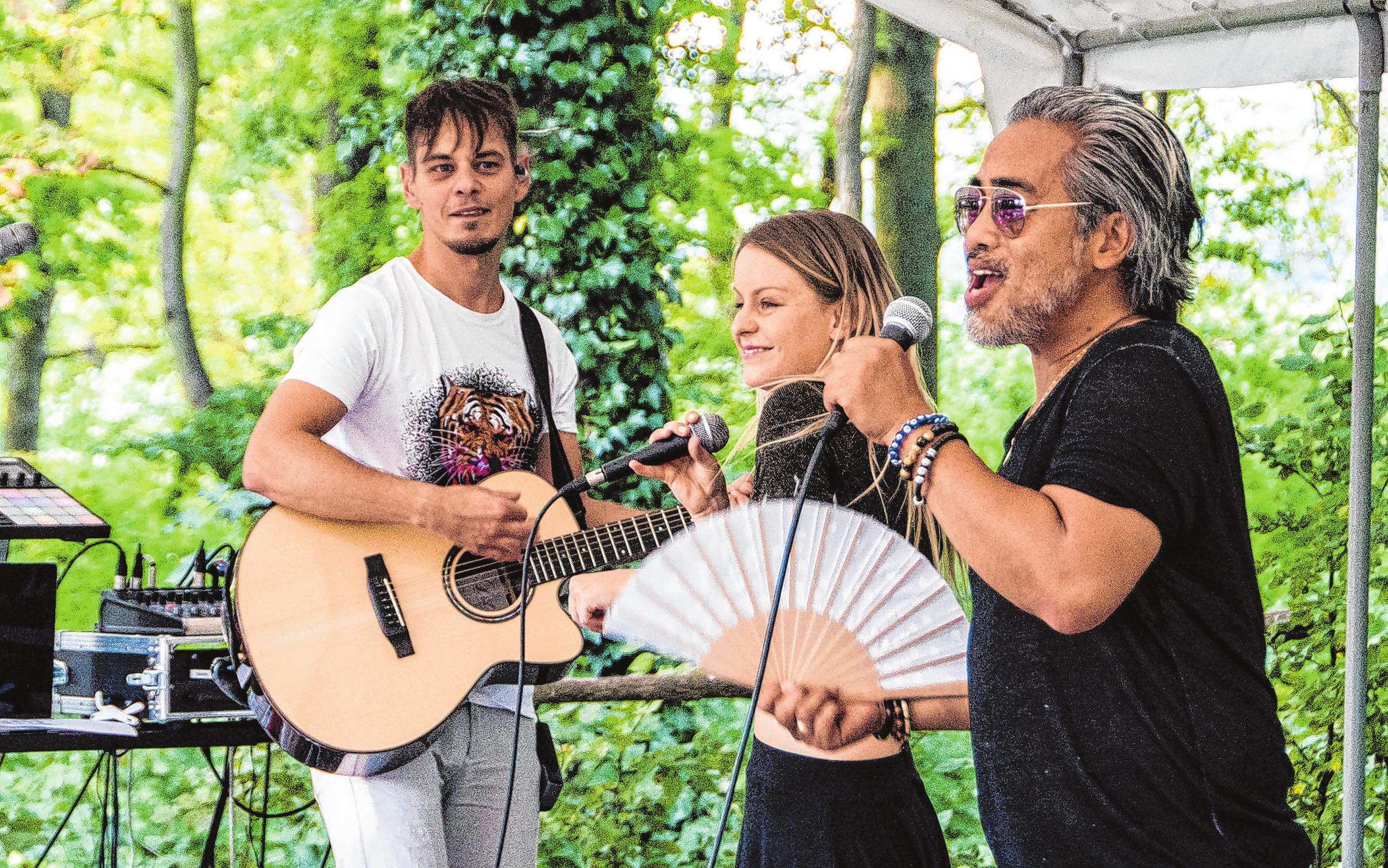 Die Gartenkonzerte des Scharwenka-Kulturforums in Bad Saarow sind beliebt - hier z. B. das Trio mit Dolan José, Daniel Hilpert und Lucia Aurich (v.l.).