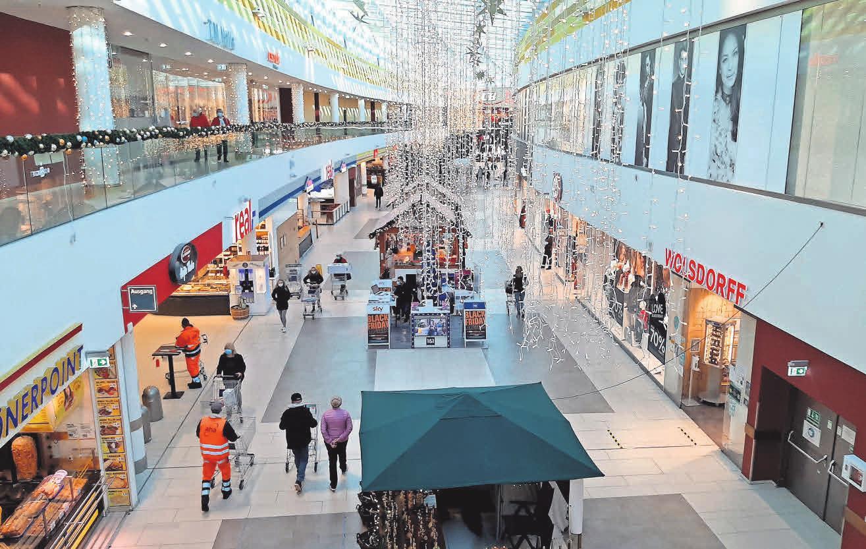 Die Ladenstraße des A2 Centers ist weihnachtlich geschmückt. Auf dem weitläufigen Parkplatz sind Stellplätze für Autos bequem zu finden.