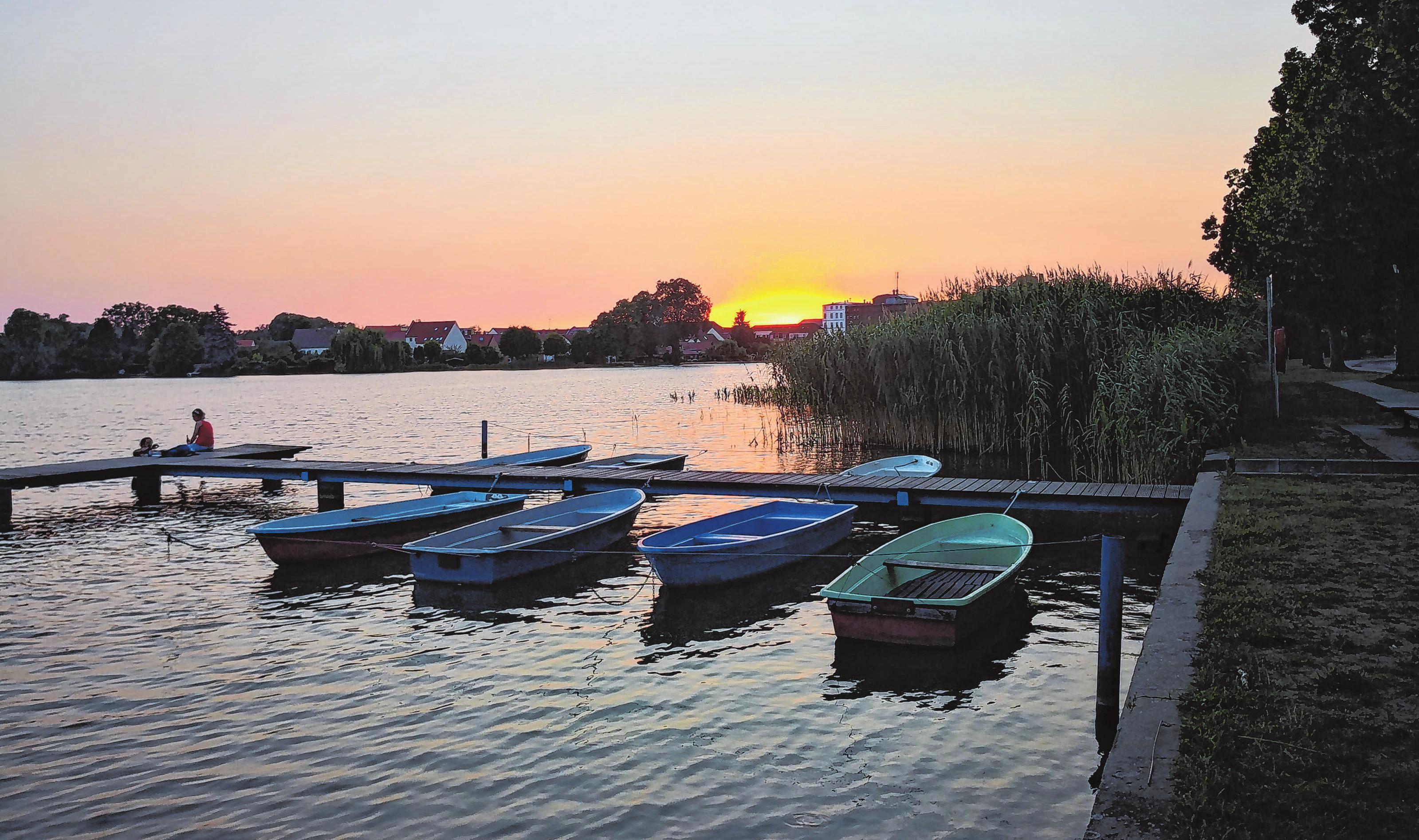 Der Große Müllroser See prägt das Ortsbild. Besonders stimmungsvoll präsentiert er sich in den Abendstunden. Foto: Gunnar Keilig